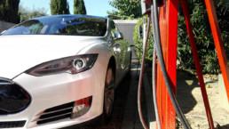 Vehículo Tesla en punto recarga Mas Passamaner
